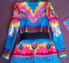 (Applique) is the designs sewn together on this jingle dress. You just need a sewing machine, thread, different color materials, sissors and just be CREATIVE Native American Clothing, Native American Regalia, American Apparel, Powwow Beadwork, Powwow Regalia, Dance Outfits, Dance Dresses, Fancy Shawl Regalia, Jingle Dress Dancer