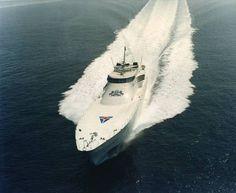 """Destriero (Fincantieri): 67 metri di lunghezza e 60 mila cavalli. Costruita nel 1991 l`imbarcazione percorse 3.106 miglia nautiche, dal Faro di Ambrose Light a New York sino al faro di Bishop Rock nelle Isole Scilly in Inghilterra, senza rifornimento, ad una velocità media di 53 nodi, con punte di 70 stabilendo un record tutt`ora imbattuto: 2 giorni, 10 ore e 24 minuti. Riconquistò così il Blue Ribbon (Nastro Azzurro) assegnato nel 1933 al mitico transatlantico """"Rex""""."""