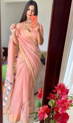 We've watched an Indian movie even once in our lives and we've all been charmed with these colorful traditional outfits, saree styles. Simple Sarees, Trendy Sarees, Stylish Sarees, Fancy Sarees, Kaftan Designs, Sari Blouse Designs, Dress Indian Style, Indian Dresses, Indian Wear