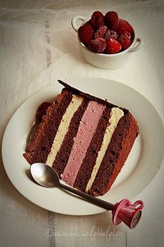 Dark Chocolate Cake with Raspberry Mousse and Chocolate Cream Chocolate Raspberry Cake, Dark Chocolate Cakes, Chocolate Desserts, Raspberry Mousse, Chocolate Cream, Sweets Cake, Cupcake Cakes, Bolo Original, Cake Receipe