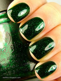 China Glaze Emerald Sparkle - MADY IT'S GREEN! Great color for St. This is a China Glaze color. Both of us love China Glaze. You can find it in Sally's and Ulta. Fancy Nails, Love Nails, How To Do Nails, Pretty Nails, My Nails, Prom Nails, Sparkle Nail Polish, Nail Polish Colors, Glitter Nails