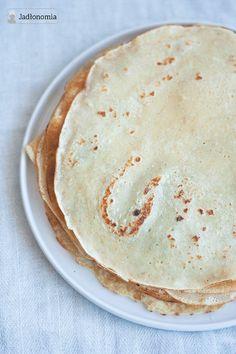 Zrobienie naleśników bez jajek to dla wielu osób przeszkoda nie do przejścia - rozwalają się, przywierają i niczym nie przypominają tych tradycyjnych. Tymczasem usmażenie idealnych, wegańskich naleśników jest proste jak bułka z masłem. [...]