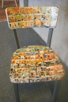 stoel beplakt met oude sorjs en sjimmie tijdschriften