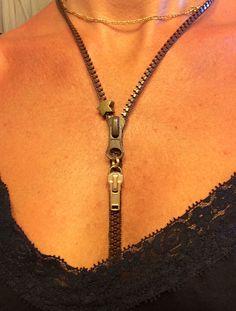 Collar con cremallera Zipper Jewelry, Leather Jewelry, Bling Jewelry, Diy Jewelry, Jewelry Making, Zipper Crafts, Jewerly, Crochet, Fashion Trends