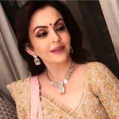 Here's a look at Nita Ambani's Royal Outfits From Akash Ambani And Shloka Mehta's Wedding That Stole The Show - HungryBoo Indian Jewelry Sets, Indian Jewellery Design, India Jewelry, Jewellery Designs, Saree Jewellery, Fashion Jewellery, Pearl Necklace Designs, Gold Necklace, Nita Ambani