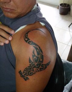 акула молот тату на плече орнаменты маори