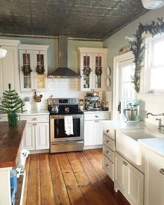 Love everything about this farmhouse kitchen! I love everything about this farmhouse kitchen! Farmhouse kitchen decorKitchen Inspiration // Farmhouse CharmPretty picture of the Gorgeous Farmhouse Decoration fo Kitchen Redo, New Kitchen, Kitchen Backsplash, Kitchen Cabinets, Tin Ceiling Kitchen, Awesome Kitchen, Kitchen Layout, Wood Floor Kitchen, Bathroom Cabinetry