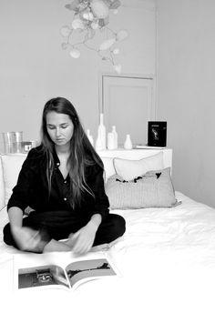 chemise mixte en lin noir - LE VESTIAIRE DE JEANNE, sarouel classique en lin noir - LE VESTIAIRE DE JEANNE, housse de couette en lin blanc - LE VESTIAIRE DE JEANNE, taies d'oreiller en lin - LE VESTIAIRE DE JEANNE, tasses en aluminium - OBJETS TROUVES VDJ, mobile et vases - The fabulous garlands par Sophie Cuvelier