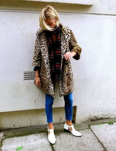 Rock a tan leopard fur coat with blue skinny jeans to don a seriously stylish ensemble. If you don't know how to finish off, a pair of white cutout leather ankle boots is a fail-safe option. Leopard Fur Coat, Plaid And Leopard, Leopard Jacket, Fur Jacket, Cheetah, Street Style, Street Chic, Street Fashion, Looks Style