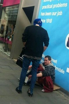 GUYS THIS IS LUKE! Our Luke giving money to a homeless guy! He is sooo sweet this makes me cry tears of happiness! Ps I Love, I Luv U, Luke Roberts, Australian Men, Homeless Man, Michael Clifford, Body Love, Luke Hemmings, You Funny