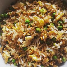 Vegetarian stir-fried rice- Riz sauté végétarien Fried rice is a dish that can be declined in many ways and that allows you to recover leftover white rice in a delicious and creative way. This version of Cantonese vegetarian rice… - Vegetarian Stir Fry, Vegetarian Crockpot Recipes, Healthy Breakfast Recipes, Rice Recipes, Easy Dinner Recipes, Easy Meals, Healthy Recipes, Cooking Recipes, Batch Cooking