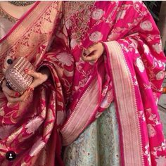 The most unique & gorgeous lehenga dupatta draping styles that'll amp up your entire wedding look. Learn how to drape lehenga dupatta in different styles. Easy and simple ways to drap a lehenga dupatta to look more stylish. Bridal Dupatta, Silk Dupatta, Lehenga Dupatta, Anarkali, Benarasi Dupatta, Khada Dupatta, Silk Sarees, Indian Attire, Indian Ethnic Wear
