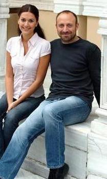 ŞEHRAZAT VE ONUR Binbir Gece`nin Onur`u ile Şehrazat`ının inişli çıkışlı aşkları üç sezon seyirciyi ekrana bağladı.