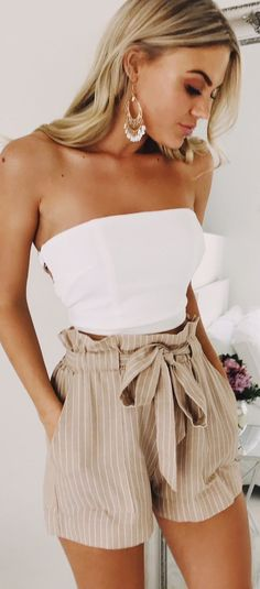 989ffe88238a55 Can t get enough of these beige white shorts! Classy Summer Outfits