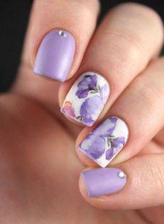 Explora y encuentra los mejores diseños de uñas decoradas con flores, motivos hechos a mano, con stickers, en 3D, en agua y mucho más no te lo pierdas.