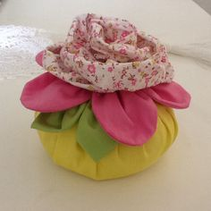 Peso de porta por Lili Martins Felt Flowers, Fabric Flowers, Diy And Crafts, Arts And Crafts, Doorstop, Patchwork Bags, Wool Applique, Love Sewing, Pin Cushions