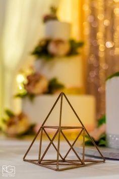 A vékony, fémvázas rosegold kiegészítők nem csak az esküvői asztalon mutatnak. Használhatod bálban és  felnőtt szülinapon egyaránt.