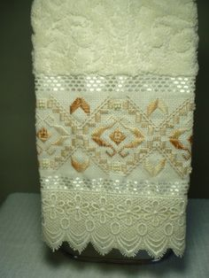 Marca: Karsten, 99% algodão e 1% viscose Medida: 33 x 50cm Cor: creme (Melina) Trabalho: ponto reto e pérola O trabalho pode ser na cor que o cliente desejar Cores de toalhas disponível; branca e creme