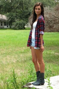 Plaid, shorts, and cowboy boots. Say no more. LOVE. Bota Country, Plaid Shorts, Jean Shorts, White Shorts, Cut Shorts, Plaid Shirt Outfits, Flannel Shirts, Flannels, Plaid Flannel