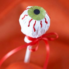 These festive Halloween treats for kids will get your family in the holiday spirit! Whether you're throwing the perfect party or looking for fun treats kids can make, these easy Halloween snack ideas will make everyone falling under their spell. Dulceros Halloween, Adornos Halloween, Manualidades Halloween, Halloween Treats For Kids, Halloween Festival, Holidays Halloween, Halloween Decorations, Helloween Party, Candy Party Favors