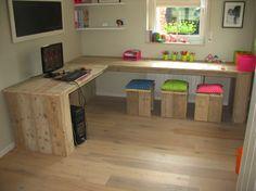 bureau van steigerhout met bijpassende krukjes. Door Joke