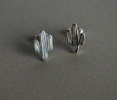 Questi simpatici orecchini a forma di cactus sono in argento 925 e fatti interamente a mano.NO LASER. Adatti da indossare tutti i giorni per la loro piccola dimensione e leggerezza. Ideali per donare allegria a te o come regalo per una a persona cara. --- Dettagli ---- Materiale : Argento 925 Dimensione : circa 1,2x0,7 cm (0,47x0,27) . Per favore,comunicare se si desidera una diversa dimensione. Chiusura con perno e farfallina. Finitura lucida Estremamente leggero e comodo, perfetto per… Tiny Stud Earrings, Cute Earrings, 925 Silver, Cactus, Shape, Gift