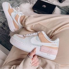 Dr Shoes, Hype Shoes, Cool Nike Shoes, Jeans Shoes, Shoes Sandals, Womens Fashion Sneakers, Nike Fashion, Fashion 2020, Running Fashion