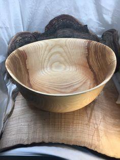 Saladier en bois de frêne ø≈28cm H≈13cm | Tournage sur bois Artisanal, Serving Bowls, Tableware, Bowls, Turned Wood, Woodturning, Objects, Dinnerware, Tablewares