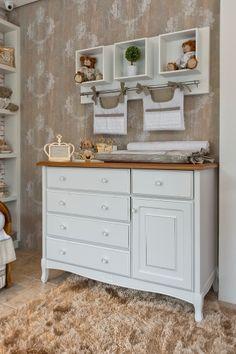 No canto deste quarto --assinado pela arquiteta Keyla Kinder-- está a cômoda de madeira em estilo provençal, também usada como trocador. Ao fundo, o papel de parede com arabescos cria uma atmosfera requintada