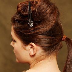 Frisuren: Schritt für Schritt erklärt: Frisuren mit Zopf - BRIGITTE. Die Haare mittig trennen. Den unteren Teil zu einem Pferdeschwanz zusammenbinden.