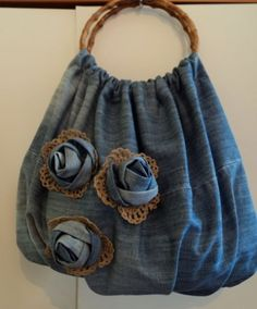 denim rose and doily leaves crafts for summer: sewing bag - crafts ideas - crafts for kidsJean bag with jean roses and crocheted trimcrafts-crafts: Rose denim bag - use self-fabric, long straps for handles.To complete: blue jeans, tan lace, round pur Artisanats Denim, Denim Purse, Denim Bags From Jeans, Jean Crafts, Denim Crafts, Diy Jeans, Jean Diy, Denim Ideas, Recycled Denim