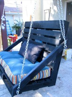 Amazing 9 DIY Pallet Porch Swing Ideas You can hang a pallet porch swing from the ceiling and enjoy a quiet morning coffee. Dangle a pallet swing bench from a sturdy tree in the yard so the kids can. Diy Outdoor Furniture, Diy Pallet Furniture, Diy Pallet Projects, Garden Furniture, Furniture Design, Outdoor Decor, Pallet Ideas, Furniture Ideas, Porch Swing Pallet