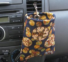 Car sunglasses/ipod/iphone case - I think I could DIY this. Fabric Crafts, Sewing Crafts, Diy Seat Covers, Crochet Projects, Sewing Projects, Crochet Phone Cases, Crochet Mobile, Hanging Fabric, Diy Car