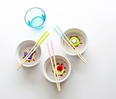 Poppytalk - The beautiful, the decayed and the handmade: DIY: Paint Dipped Chopsticks Craft Tutorials, Craft Projects, Teintes Pastel, Paint Dipping, Diy And Crafts, Arts And Crafts, Sushi Party, Chopsticks, Inspirational Gifts