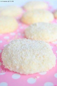 Biscuits flocons à la noix de coco Candy Recipes, Sweet Recipes, Cookie Recipes, Dessert Recipes, Biscuit Cake, Biscuit Cookies, Macarons, Beautiful Desserts, No Cook Desserts