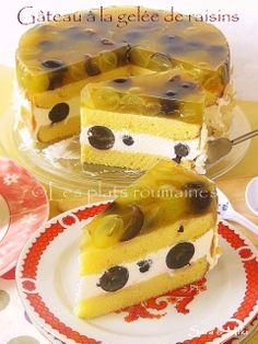"""""""Gâteau à la gelée de raisins"""" // Help me out here, people - I don't speak French. Is this RAISINS IN ASPIC? If so, I may have found the dish that will put off aspic for life. I hope. Gross Food, Weird Food, Flan, Jelly Cream, Romanian Desserts, Whats For Lunch, Grape Jelly, Jus D'orange, Retro Recipes"""