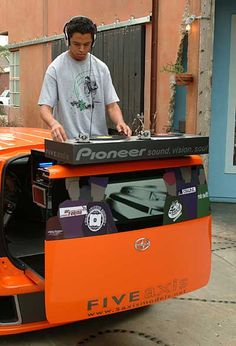 This is one the essentials equipment a DJ must have before performing there are so many tricks that can be done using a turntable such . Dj Stand, Top Dj, Dj Setup, Professional Dj, Electro Music, Dj Gear, Dj Booth, Dj Equipment, Tecno