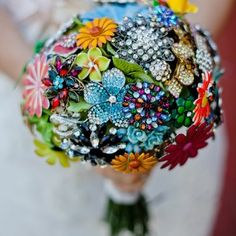 Colorful bouquets made of brightly colored brooches are on the rise.