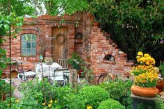 brick walls courtyard for outdoor lunch. cortile con pareti in mattoni per un pranzo all'aperto #courtyard Gartendeko-Blog: Ruinenmauern Mehr