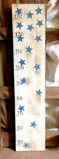 Metro sobre tablon de madera de pino fondo blanco letras, números y estrellas.  Medidas: 100 x 20cms.