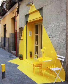 Be the light ! Фасад веганского ресторана в Мадриде освещен 24/7. Rayen vegan restaurant facade in Madrid. @somosfos #womanslook #art #streetart