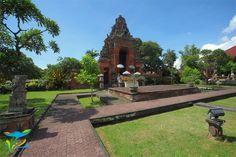 Gerbang menuju Puri Semarapura, istana tempat tinggal keluarga Kerajaan Klungkung. Sayang pengunjung umum tidak diperkenankan masuk. Bali, Sidewalk, Side Walkway, Sidewalks, Pavement, Walkways