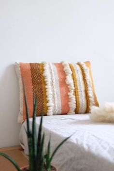 coussin-tisse-mouton-chaumiere-oiseau-3 Tapestry Weaving, Loom Weaving, Tapestry Wall Hanging, Modern Cushions, Scatter Cushions, Cushion Inspiration, Latch Hook Rugs, Designer Throw Pillows, Rug Hooking
