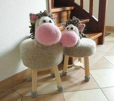 8 BANQUETAS TUNEADAS PARA NIÑOS EN CROCHET (ANIMALITOS DIVERTIDOS) ¿Tienes una banqueta (o banco) de madera y quieres hacer algo muy muy especial para tu ... Cute Crochet, Crochet For Kids, Crochet Dolls, Crochet Yarn, Crochet Jumpers, Rocking Horse Toy, Stool Covers, Crochet Cushions, Crochet Animals