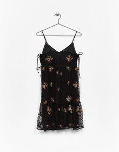Vestido tirantes tul bordado. Descubre ésta y muchas otras prendas en Bershka con nuevos productos cada semana- 24'99 EUR