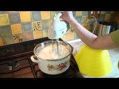 Snehové pusinky - recept na sladké koláčiky - VIDEO Ako sa to robí.sk 500 g cukru, 5 bielkov, citrónová šťava,kokos. predhriať rúru na 70° a sušíme asi 40 minút