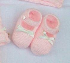 ZAPATITO ROSA DE PRIMERA POSTURA Material Lana color rosa especial bebés Agujas de punto del nº 2 15 cm de cinta de raso es... Knit Baby Booties, Knit Boots, Crochet Baby Shoes, Baby Boots, Knitting For Kids, Baby Knitting, Baby Cardigan Knitting Pattern, Bebe Baby, Kid Shoes