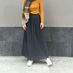 A fashionable gray skirt for mohajjabat Islamic Fashion, Muslim Fashion, Modest Fashion, Skirt Fashion, Fashion Outfits, Hijab Style, Hijab Chic, Modest Wear, Modest Outfits