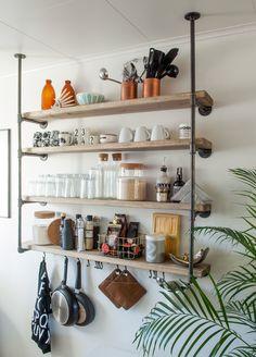 DIY kjøkkenhylle av rør. Espressokopper fra Arne Jacobsen og grytekluter fra House Doctor.