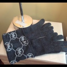 Michael Kors Gloves Selling a nice pair of Michael Kors gloves. Used it maybe twice. In great condition. Michael Kors Accessories Gloves & Mittens
